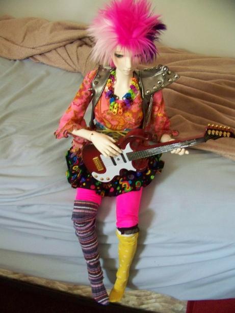 http://www.oddpla.net/blog/dolls/lolapaprika/guitar/100_5808.JPG