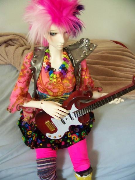 http://www.oddpla.net/blog/dolls/lolapaprika/guitar/100_5809.JPG