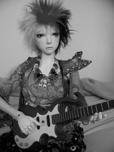 http://www.oddpla.net/blog/dolls/lolapaprika/guitar2/100_5820.JPG