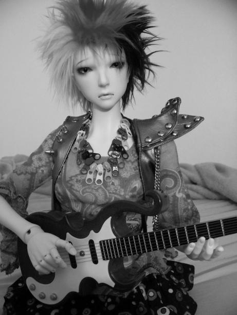 http://www.oddpla.net/blog/dolls/lolapaprika/guitar2/100_5824.JPG