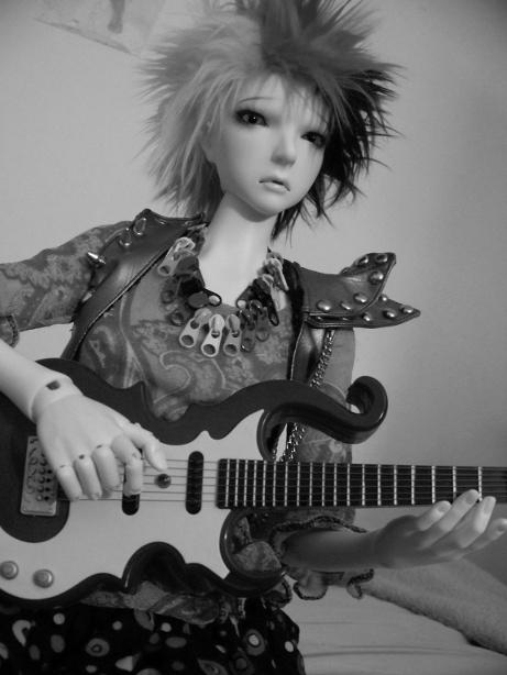 http://www.oddpla.net/blog/dolls/lolapaprika/guitar2/100_5826.JPG