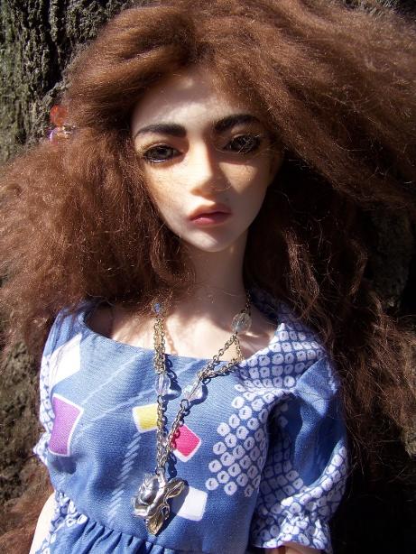 http://www.oddpla.net/blog/dolls/sarah/readoutside/100_5416.JPG